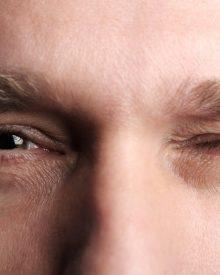 Mắt phải giật nháy liên tục là điềm xấu hay tốt?