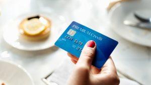 Thanh toán bằng thẻ tín dụng khi đi mua sắm tiện lợi, nhanh chóng